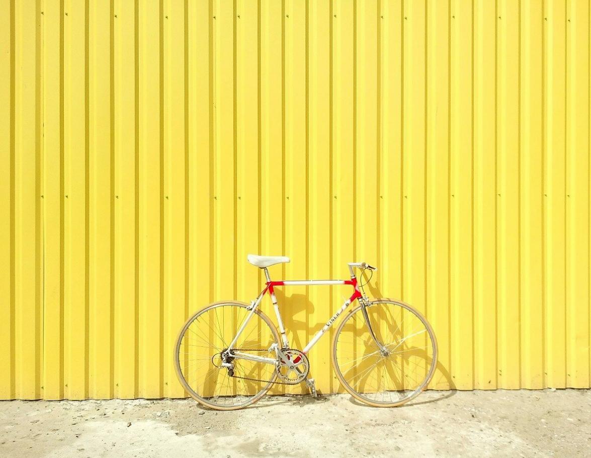 Rennrad vor gelber Wand Frühling rennradliebe